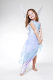 Muchacha en traje del ángel. Foto de archivo