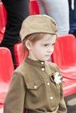 Muchacha en traje del soldado en el honor de Victory Day anual Imagen de archivo libre de regalías