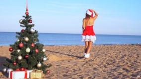 Muchacha en traje en el nuevo centro turístico en la playa con los regalos 1 almacen de video