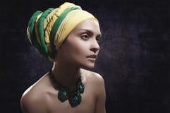 Muchacha en turbante colorido Fotos de archivo