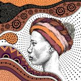 Muchacha en turbante con el modelo africano del ethno del drenaje de la mano, fondo tribal Mujer negra hermosa Opinión del perfil