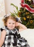 muchacha en un abeto de la Navidad Foto de archivo