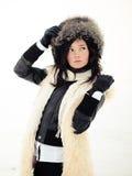 Muchacha en un abrigo de pieles, un sombrero y guantes Fotografía de archivo