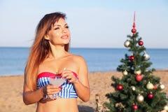 Muchacha en un bañador en un ` s Eve del Año Nuevo de la playa en las zonas tropicales Foto de archivo libre de regalías