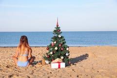 Muchacha en un bañador en un ` s Eve del Año Nuevo de la playa en las zonas tropicales Imágenes de archivo libres de regalías