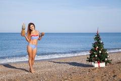 Muchacha en un bañador en un ` s Eve del Año Nuevo de la playa en las zonas tropicales Fotos de archivo libres de regalías