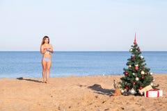 Muchacha en un bañador en un ` s Eve del Año Nuevo de la playa en las zonas tropicales Imagenes de archivo