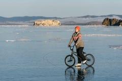 Muchacha en un bmx en el hielo Foto de archivo libre de regalías