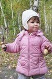 Muchacha en un bosque del abedul que sostiene una seta. Imágenes de archivo libres de regalías
