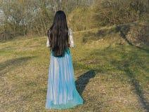 Muchacha en un bosque en un vestido hermoso Imagen de archivo