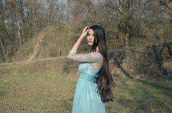 Muchacha en un bosque en un vestido hermoso Foto de archivo