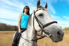 Muchacha en un caballo Imagenes de archivo