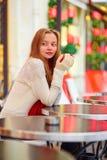 Muchacha en un café parisiense en el tiempo de la Navidad Fotos de archivo