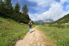 Muchacha en un camino de la montaña fotos de archivo