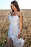 Muchacha en un campo blanco del vestido, reconstrucción al aire libre del trigo, vestido hermoso Una mujer está caminando al aire Fotografía de archivo