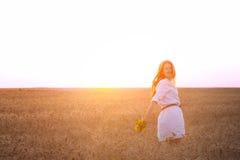 Muchacha en un campo de trigo Fotos de archivo libres de regalías