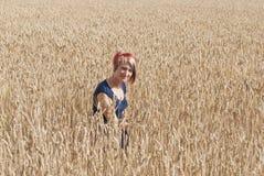 Muchacha en un campo del trigo. Imagen de archivo