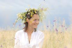 Muchacha en un campo floreciente Imágenes de archivo libres de regalías