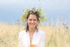 Muchacha en un campo floreciente Foto de archivo libre de regalías