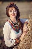 Muchacha en un campo en un vestido ruso Fotos de archivo
