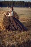Muchacha en un campo en un vestido ruso Fotografía de archivo libre de regalías