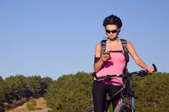 Muchacha en un casco en una bici Fotografía de archivo libre de regalías
