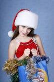 Muchacha en un casquillo con la Navidad Imágenes de archivo libres de regalías