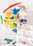 Muchacha en un casquillo con las pinturas Fotografía de archivo libre de regalías