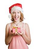Muchacha en un casquillo de Papá Noel con el presente foto de archivo