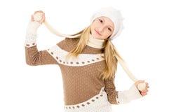 Muchacha en un casquillo y una bufanda aislados Fotografía de archivo