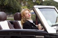 Muchacha en un coche viejo Imagenes de archivo