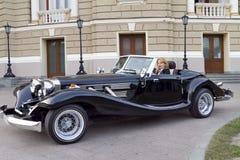 Muchacha en un coche viejo Imagen de archivo libre de regalías