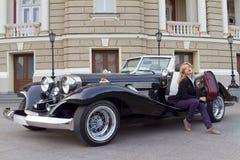 Muchacha en un coche viejo Fotos de archivo libres de regalías