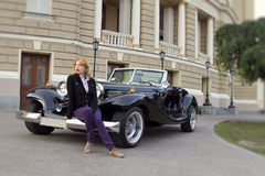 Muchacha en un coche viejo Fotografía de archivo