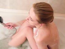 Muchacha en un cuarto de baño Imagen de archivo