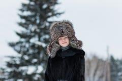 Muchacha en un día de invierno del sombrero de piel Fotografía de archivo