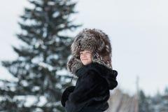 Muchacha en un día de invierno del sombrero de piel Fotos de archivo libres de regalías