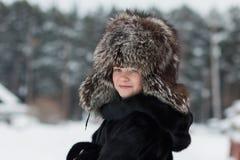 Muchacha en un día de invierno del sombrero de piel Imágenes de archivo libres de regalías
