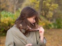 Muchacha en un día ventoso del otoño fotografía de archivo