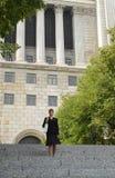 Muchacha en un frotn de un courthouse2 Imagen de archivo libre de regalías