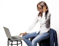 Muchacha en un ordenador Fotografía de archivo libre de regalías