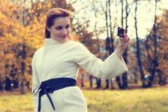 Muchacha en un otoño del paseo del parque solamente Imagen de archivo libre de regalías