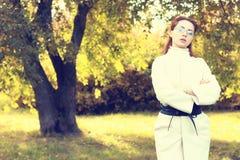 Muchacha en un otoño del paseo del parque solamente Foto de archivo libre de regalías