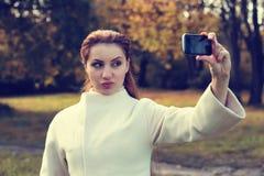 Muchacha en un otoño del paseo del parque solamente Imagen de archivo