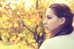 Muchacha en un otoño del paseo del parque solamente Foto de archivo
