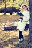 Muchacha en un otoño del paseo del parque solamente Fotos de archivo