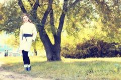 Muchacha en un otoño del paseo del parque solamente Fotografía de archivo libre de regalías