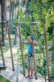 Muchacha en un parque de la aventura que sube Imágenes de archivo libres de regalías