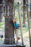 Muchacha en un parque de la aventura que sube Fotografía de archivo libre de regalías