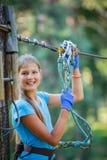 Muchacha en un parque de la aventura que sube Fotos de archivo libres de regalías